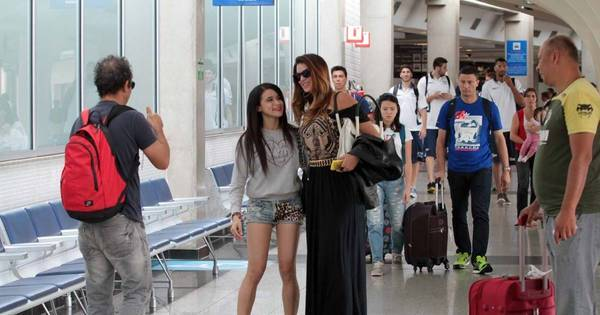 Fã perseguidora! Menina tira foto com famosos no aeroporto de ...