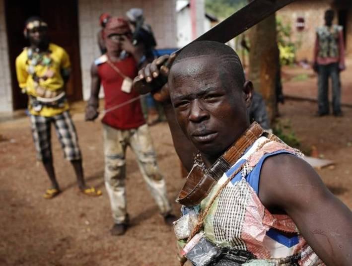 """Em março de 2013, rebeldes muçulmanos, conhecidos como Selekas, derrubaram o então presidente da República Centro Africana, François Bozizé. Os abusos e assassinatos cometidos quando eles estavam no poder levaram à criação de milícias cristãs, conhecidas como """"anti-balakas"""""""