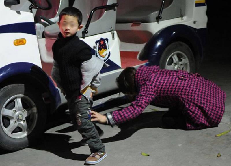 Foto de chines entregando filho ao governo