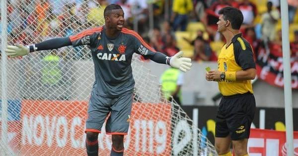 Goleiro do Flamengo curte folga ao lado de Vagner Love e com três ...