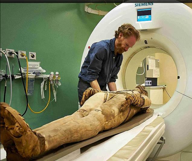 Cientistas usam tomografias para revelar segredos e luxos de múmias com mais de 3 mil anos