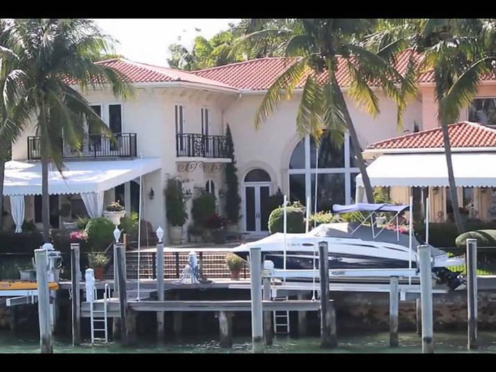 Bem perto dali está uma das mansões de férias do craque argentino Lionel Messi, principal atacante do Barcelona