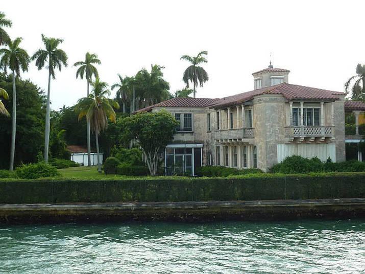 O ex-piloto campeão de F1 e Indy, Emerson Fittipaldi é um velho conhecido de Miami. Só uma das casa dele na cidade vale mais de R$ 28 milhões (US$ 13 milhões), colocada à venda em maio de 2013