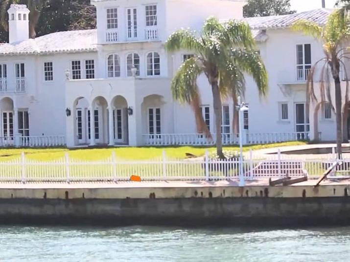 Miami também é endereço de outros edifícios muito famosos, como a residência onde foi filmada o filme Scarface, onde Al Pacino interpretou o gângster Tony Montana. Ela foi construída em 1906, e colocada para alugar em 2012. O preço? R$ 66 mil por mês (US$ 30 mil)
