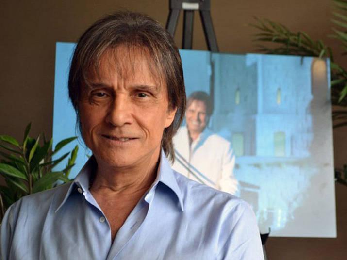 Presença constante em shows natalinos na TV aberta, Roberto Carlos costuma passar o Réveillon em Miami, onde possui um apartamento. Lá, ele gosta de passar por anônimo e fazer compras em supermercados e andar sem a presença de seguranças