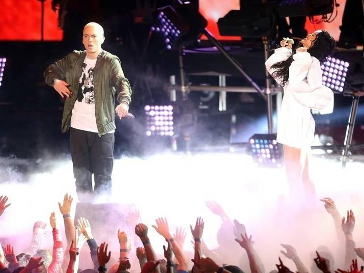 No último fim de semana, Rihanna se apresentou com Eminem no MTV Movie Awards. A dupla, que já fez diversas parcerias incríveis se prepara para algo inédito. Eles farão uma turnê especial de shows juntinhos! O primeiro show será dia 7 de agosto em Pasadena, no Estado americano da Califórnia. Por enquanto, foram anunciados apenas seis shows, sendo que metade já está com ingressos esgotados. Riri prepara para este ano também, provavelmente para novembro, o lançamento de um novo CD