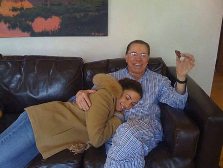 Em uma foto famosa, postada no Twitter do apresentador Nelson Rubens, Silvio aparece de pijama, no sofá de casa, com a filha Patrícia Abravanel no colo