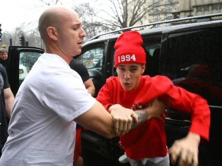 Justin BieberO ídolo teen se meteu em brigas com fotógrafos diversas vezes. Aqui no Brasil, o segurança dele foi acusado de agredir um paparazzi