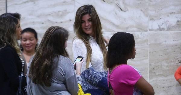 Mãezona! Cristiana Oliveira faz compras com a filha em shopping ...