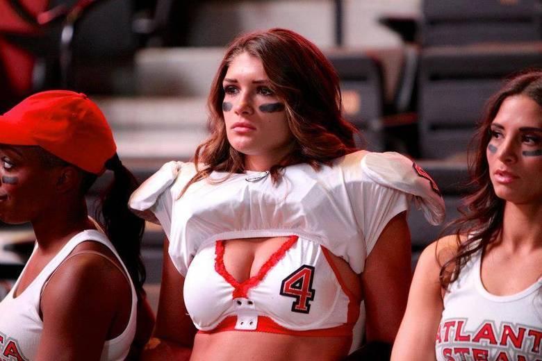 Holly Oakes, também do Atlanta Steam, é mais uma das jogadoras que esbanjam sensualidade durante os jogos da Liga de Futebol Americano de Lingerie. Resultado? A gata é a 7ª no ranking das mais bonitas da competição