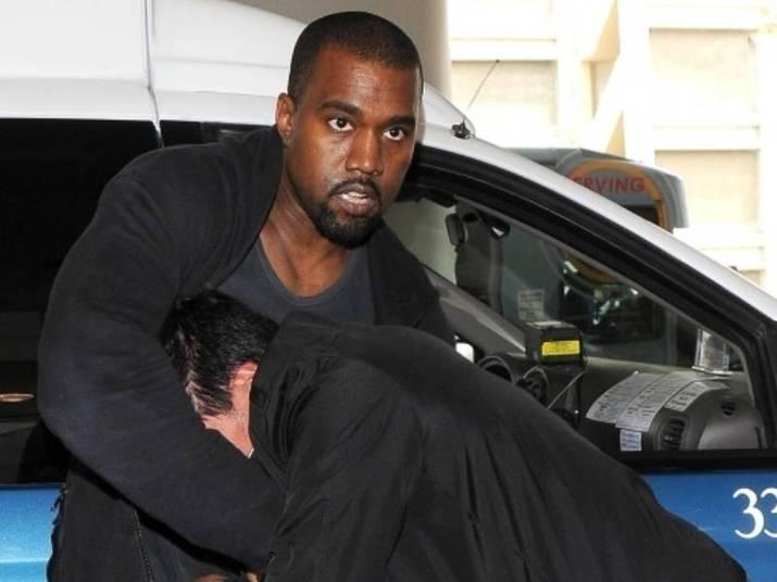 Kanye WestEm 2008, o cantor e seu empresário foram presos por destruírem uma câmera de um paparazzi no aeroporto de Los Angeles. Como o incidente foi filmado, Kanye teve que fazer serviço comunitário