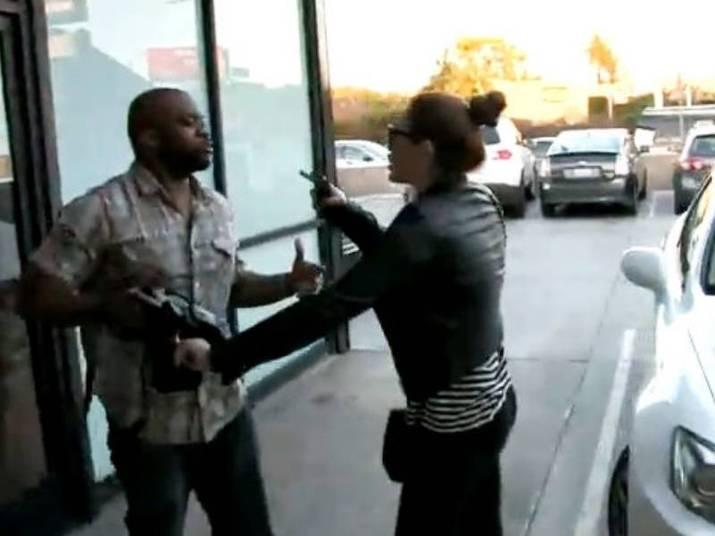 Miley CyrusA cantora ficou fora de si quando um fotógrafo acidentalmente acertou a cabeça de sua mãe para tirar uma foto da estrela. O incidente foi gravado em um vídeo e ela agrediu o paparazzo verbalmente falando para ele 'nunca mais fazer isso'