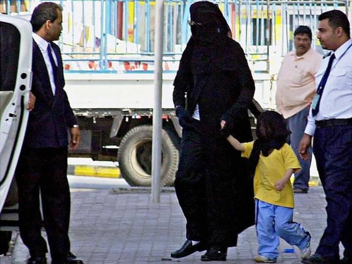 Meses antes de morrer, Michael Jackson fez visitas sucessivas ao Bahrein e demonstrava 'publicamente a intenção de fixar residência no país'. Quando fazia essas visitas, Michael se disfarçava de mulher, e utilizava até burca