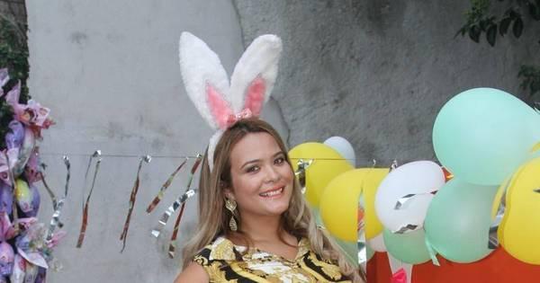 Geisy Arruda se veste de coelhinha e distribui ovos de Páscoa para ...