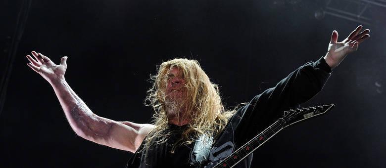 O guitarrista Jeff Hanneman, da banda Slayer, contraiu a doença após ser picado por uma aranha. O músico morreu de insuficiência hepática enquanto se recuperava. Ele chegou a retirar uma parte do músculo do braço