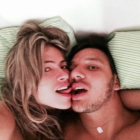 Fim do mistérioFani Pacheco encheu sua página no Instagram de fotos em que aparece ao lado de seu novo namorado. A ex-BBB estava sendo discreta em relação ao moço. Nas imagens, eles aparecem na cama.  — Momento delícia. Safadinha. Eu mereço