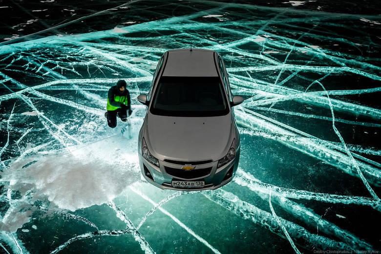 Fotógrafos russos fazem lago 'brilhar' na Sibéria. Nikolay Rykov e Dmitriy Christoprudov queriam fazer fotos noturnas do carro no lago iluminado. Veja como ficou o trabalho deles