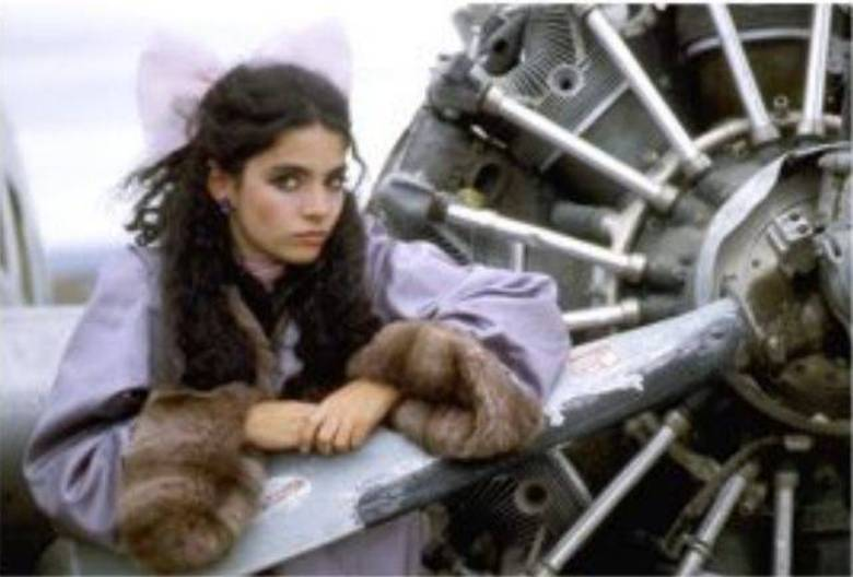 Erêndira, de 1983, foi um dos filmes cujo roteiro tem a assinatura de Gabo. Protagonizado pela brasileira Claudia Ohana, conta a história de uma adolescente explorada pela avó. Um dia, a jovem pega no sono, exausta dos trabalhos do dia, sem apagar todas as velas. A casa é incendiada e a avó calcula a dívida que Erêndira passa a ter com ela. As duas passam a viajar pelo deserto e a menina vende o corpo para centenas de homens