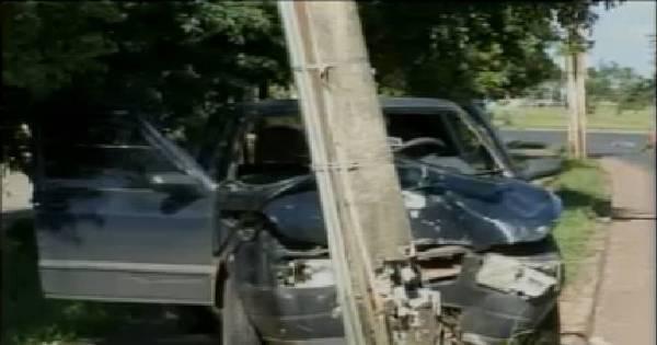 Motorista bate o carro e quase derruba poste em Santa Maria ...