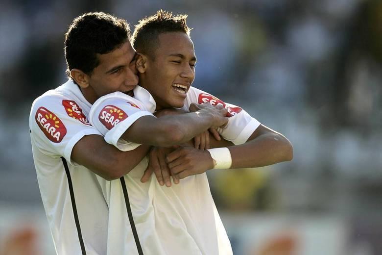 Mãe Dináh também supostamente previu que o jogador Neymar (na foto abraçado com o amigo Ganso na época em que atuava no Santos) iria para o Barcelona, o que se concretizou: 'Ele vai jogar no Barcelona e vai se dar muito bem', afirmou. Leia também: Morre Mãe Dináh em São Paulo