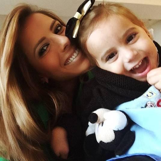 A blogueiraPaola Machado posou agarrada em Lorena, filha com o humorista Carioca, do Pânico