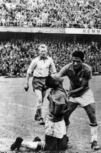 A Copa de 2014 está chegando e alguns jogos poderão ser incluídos entre os melhores da história. Confira os 10 que, até agora, estão entre os mais emocionantes de todas as edições do Mundial. O primeiro pode ser a vitória do Brasil sobre a Suécia, por 5 x 2, no dia 29 de junho de 1958. Pelé, com apenas 17 anos, e Garrincha encantaram o mundo, após terem entrado no time no meio da competição. Contra a Suécia, que jogava em casa, no estádio Rasunda, o Brasil virou o placar e, com gols de Vavá (2), Pelé (2) e Zagallo, goleou e se tornou pela primeira vez campeão mundial.