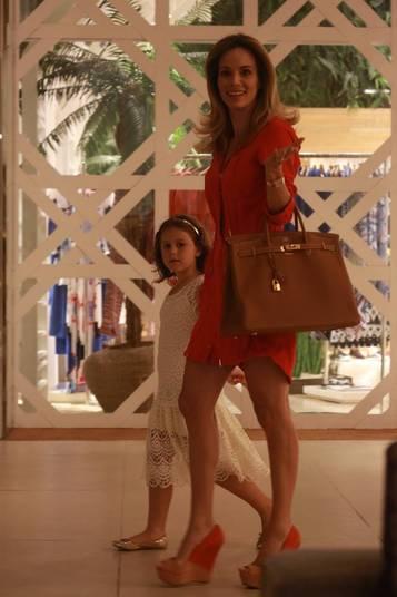A apresentadora Ana Furtado aproveitou o sábado para bater perna no shopping na companhia da filha