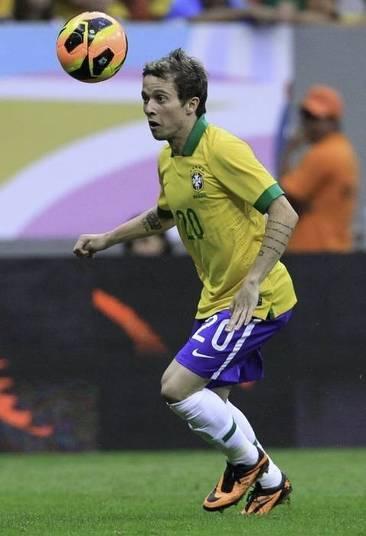 Bernard    O jovem velocista do Brasil é uma grande opção para Felipão.  O jogador do Shaktar Donetsk é muito bom em abrir espaços em defesas fechadas.  Ele está com 21 anos