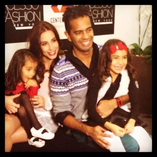 A atriz Tania Khalill mostrou a foto da família reunida durante um evento em São Paulo