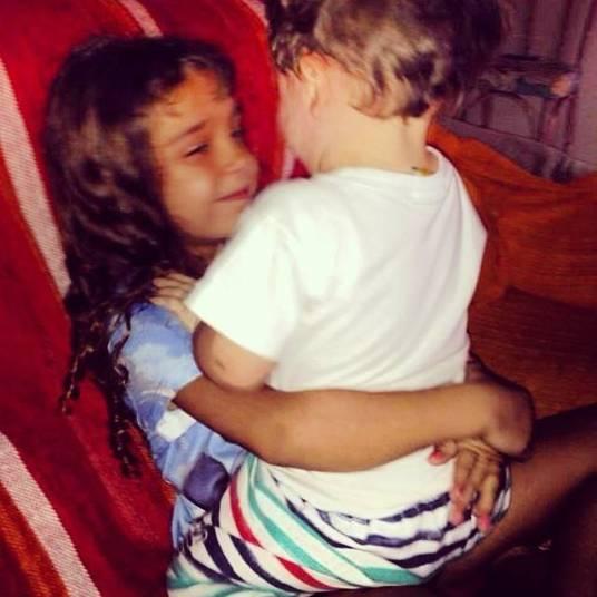 A atriz Lua Blanco compartilhou uma foto do sobrinho que recebeu da mãe e colocou uma carinha de choro.—Aí mamãe me manda essa foto e quer eu fique como??