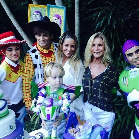 O sábado também foi dia de comemorar os três anos deGuy, filho da atriz Danielle Winitscom Jonatas Faro