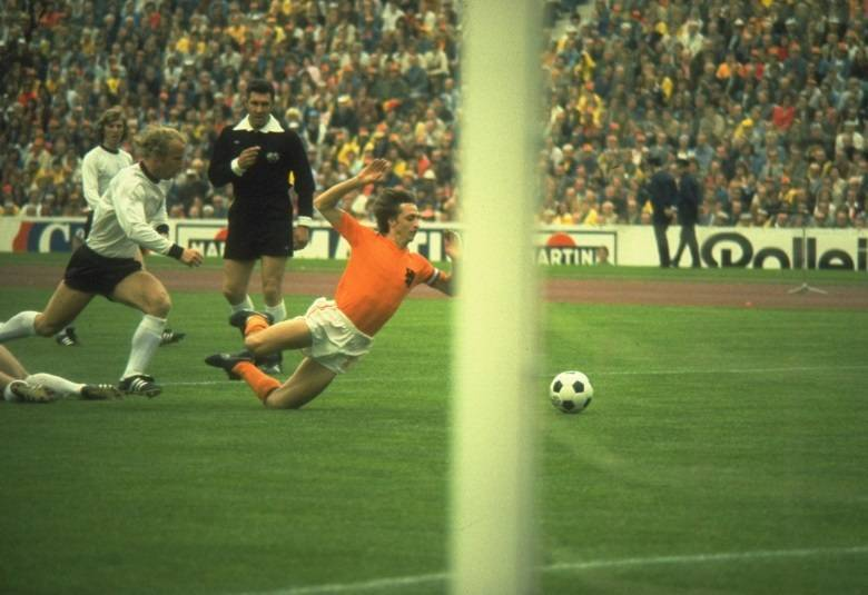 No dia 15 de junho de 1974, na Copa da Alemanha, a Holanda encantou o mundo a partir da vitória por 2 x 0 sobre o Uruguai, na primeira fase da competição. A movimentação constante deu à equipe, que tinha craques como Cruyff e Neeskens, o apelido de 'Carrossel Holandês'. Os dois gols da Holanda foram marcados por Rep. O técnico do Brasil, Zagallo, ao contrário do que se pensa, enviou ao jogo o 'espião' Paulo Amaral, preparador físico, que avisou o brasileiro sobre a força do adversário.