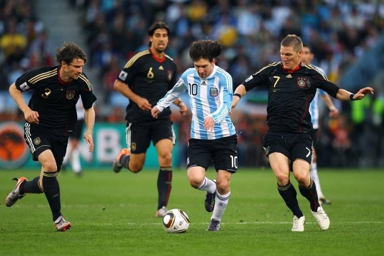 Em jogos entre seleções tradicionais, é difícil haver uma grande diferença de gols. A vitória por 4 x 0 da Alemanha sobre a Argentina, em 3 de julho de 2010, pelas quartas-de-final da Copa da África do Sul, se difere desta máxima. A Argentina, comandada pelo técnico Maradona, vinha bem na Copa, mas parou diante da Alemanha, que deu show e foi eficiente desde os 3 minutos do primeiro tempo, quando Muller fez 1 x 0. No segundo, Klose, Friedrich e Klose fecharam o placar.