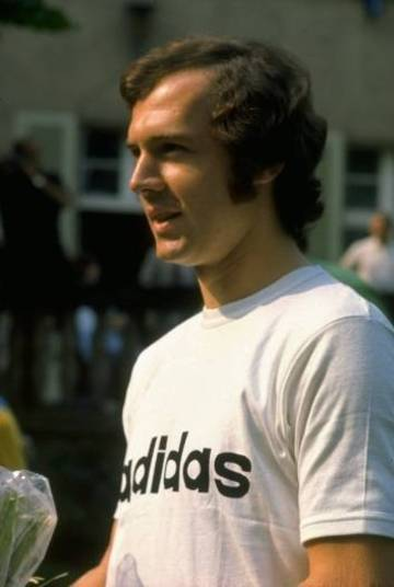 Nesta mesma Copa de 1970, em 15 de junho, a semifinal Itália 4 x 3 Alemanha foi inesquecível. Um verdadeiro vai e vem, cheio de surpresas e que terminou com vitória italiana na prorrogação. No jogo, Boninsegna fe 1 x 0 aos 8 do primeiro tempo. E Schnellinger empatou aos...47 do segundo. Prorrogação, com Beckenbauer jogando com o ombro enfaixado, por causa de uma contusão. Aos 4, Muller faz 2 x 1. Burnich empata para a Itália aos 8. Riva faz 3 x 2 para os italianos. E fim de primeiro tempo. No segundo, mais emoção: Muller faz 3 x 3 aos 4. E Rivera, que entrara no intervalo fez o quarto e definitivo gol desta saga, classificando os italianos.