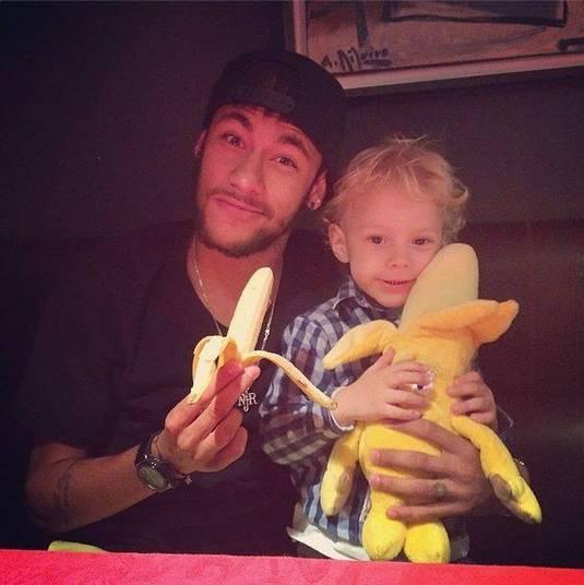 Neymar foi um deles que, junto do filho, aparece com uma banana no Instagram. Vale lembrar que o atleta já foi vítima de racismo em um amistoso da seleção, em 2011
