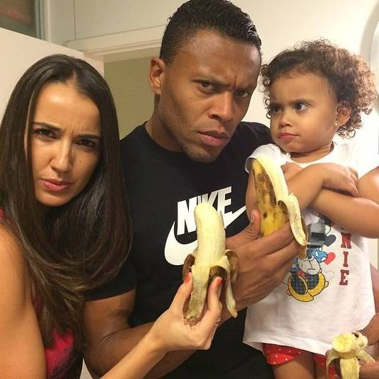 Júlio Baptista, atacante do Cruzeiro, postou uma foto com a família e uma cara de bravo com a situação