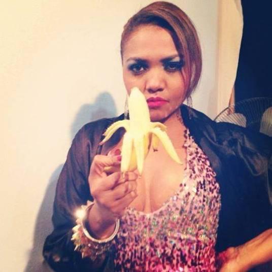 Com cara de poucos amigos, Gaby Amarantos segura uma banana
