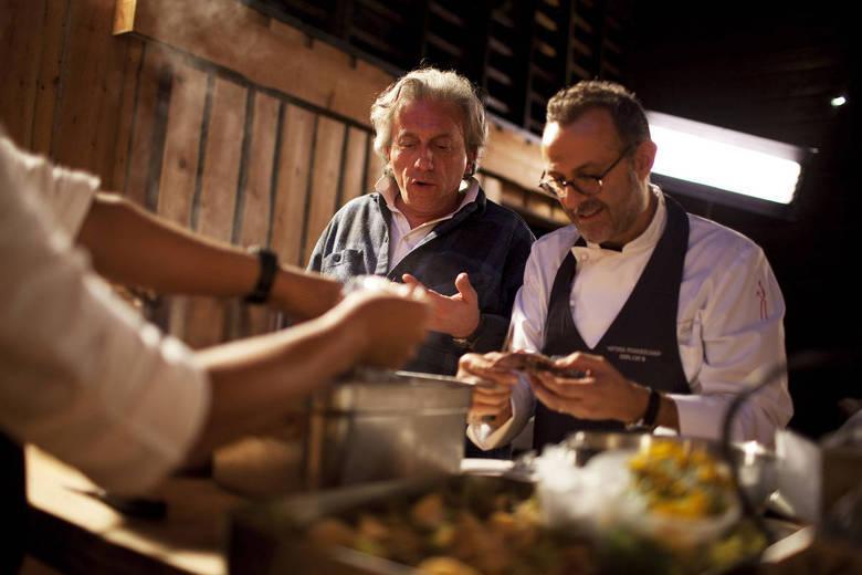 3º lugar:  Osteria Francescana, ItáliaA tradição e a modernidade se chocam no restaurante italiano do chef Massimo Bottura, que mistura a comida tradicional da 'Bota' com pratos inovadores, como o Foie gras (fígado de pato) decorado com sangue de lebre, castanhas e ervas. De acordo com o site ViaMichelin, o menu custa até 180€ e a carta de vinho custa até 210€ (R$ 468,70 e R$ 546,82)