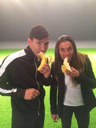 O argentino Sergio Aguero, do Manchester City-ING, aparece ao lado da jogadora Marta e os dois comem uma banana