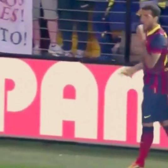 O gesto de Daniel Alves, que comeu uma banana atirada por torcedores do Villarreal dentro de campo neste domingo (28), vem repercutindo e conta com grande apoio nas redes sociais. Com a hashtag '#Somostodosmacacos', personalidades ligadas ao mundo da bola deram um jeito de demonstrar seu apoio ao lateral do Barcelona contra o racismo. Em sua conta no Instagram, o jogador mandou o seguinte recado.—Meu pai sempre me falava: filho come banana que evita cãibra rsrs, como adivinharam isso? hahaha [sic]