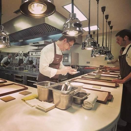 6º lugar:Mugaritz, EspanhaNo restaurante espanhol do chef Andoni Luis Aduriz, os clientes são servidos com pratos complicados e desenvolvidos através de um processo criativo que dá atenção aos detalhes. O preço médio é de £ 193 (R$ 597,30), de acordo com o site Andy Harley