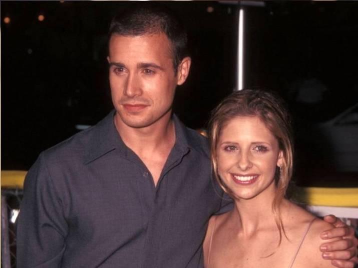 Sarah Michelle Gellar e Freddie Prinze Jr.Em 1997, os dois formaram um casal em Eu Sei o Que Vocês Fizeram no Verão Passado e não se largaram mais. São casados desde 2005 e têm dois filhos