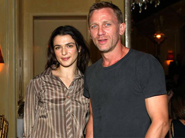 Daniel Craig e Rachel WeiszPara quem não sabe, James Bond e Rachel são casados! Discretos, começaram o romance em 2010, quando viveram um casal em A Casa dos Sonhos. Eles casaram secretamente e convidaram apenas quatro amigos para a cerimônia