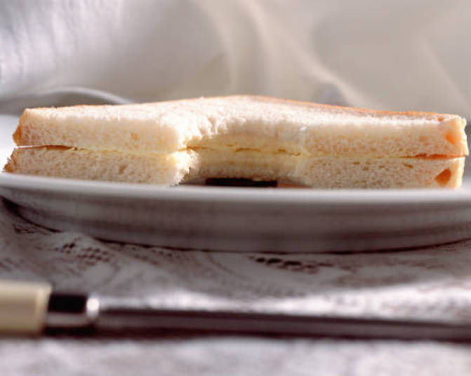 Bateu aquela fome à noite e você não sabe o que comer? Uma boa opção pode ser um lanche feito com pão de fôrma e ingredientes que estão sobrando na geladeira. Assim, ele pode se transformar em uma verdadeira iguaria sofisticada. Que tal experimentar deixar o pãozinho com manteiga de lado, e experimentar com outros ingredientes. Veja uma receita aqui