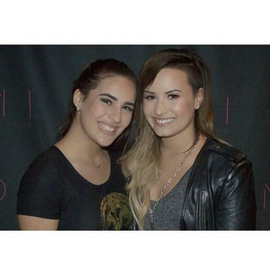 Enquanto muita gente paga caro ou espera horas para conseguir uma foto com seu ídolo, Lívian teve a chance de encontrar Demi Lovato duas vezes, em dois shows diferentes