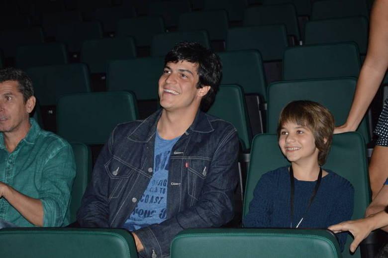 Mateus Solano compareceu  ao Cine PE, no teatro Guararapes, em Olinda, na noite de quarta-feira (30). Na  ocasião, o ator se reuniu com a equipe do filme O Menino e o Espelho, para  assistirem pela primeira vez a película