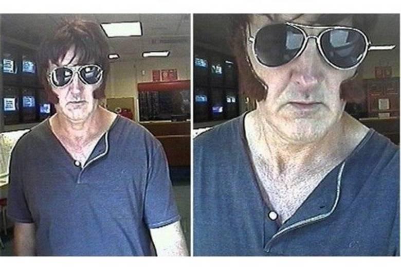 Este Elvis roubou duas casas de apostas na Inglaterra. Todo mundo sacou   que era uma imitação barata do rei do rock, mas ninguém percebeu o mais   importante: a arma que ele usava era uma imitação também