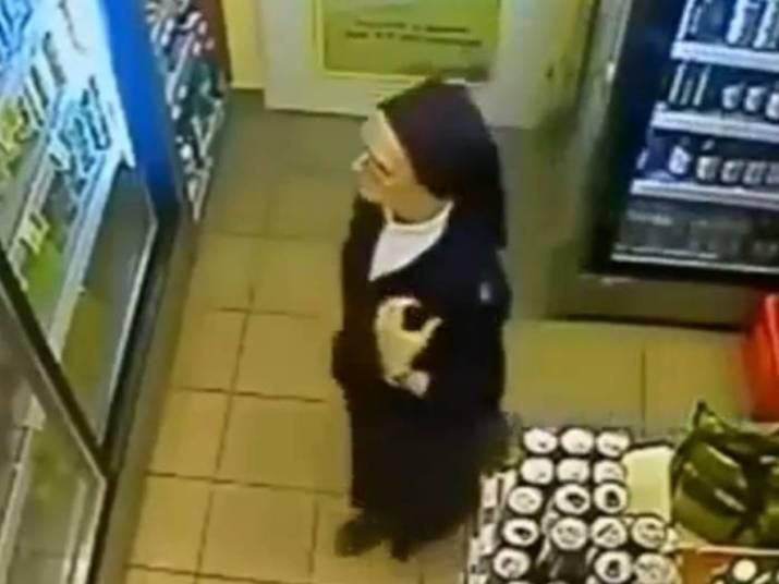 Essa   senhora da foto foi flagrada roubando cerveja de uma loja de   conveniência dos Estados Unidos. Ninguém sabe se ela é mesmo uma freira   ou se está só vestida como uma