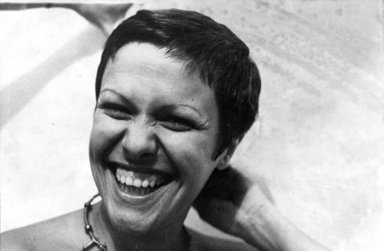 Mãe Dináh também se vangloriava de ter previsto a morte da cantora Elis Regina. Elis foi achada morte em casa em 1982, aos 36 anos, após overdose por abuso de álcool e cocaína. Leia também: Morre Mãe Dináh em São Paulo