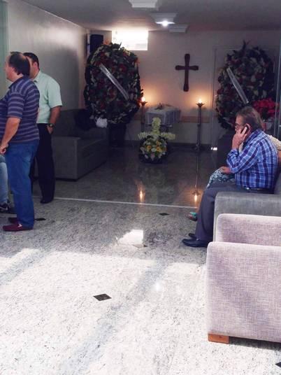O corpo de Mãe Dináh é velado por amigos e familiares no Cemitério da Paz, no Morumbi, em São Paulo, neste sábado (3). Ela tinha 83 anos e foi vítima de uma infecção generalizada. Leia também: Morre Mãe Dináh em São Paulo